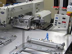 Ejektor k zachycení šicích forem na stole - 2